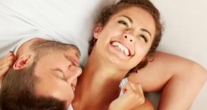 Casal rindo deitado