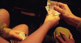Homem pagando prostituta