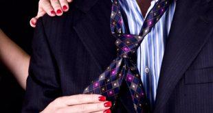 Ajeitando a gravata do homem