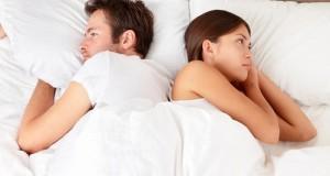 Casal entediado na cama