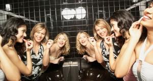 Mulheres se maquiando no banheiro