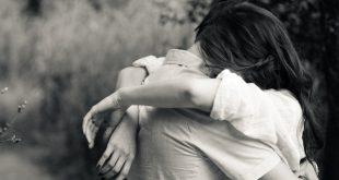 Casal abraçado