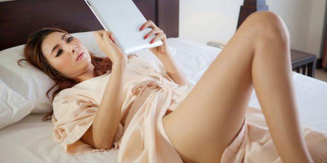 Mulher deitada lendo
