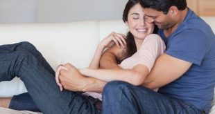 Casal se abracando no sofá