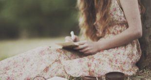 Mulher escrevendo carta