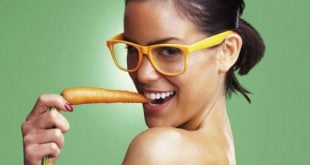 Mulher sensual comendo cenoura