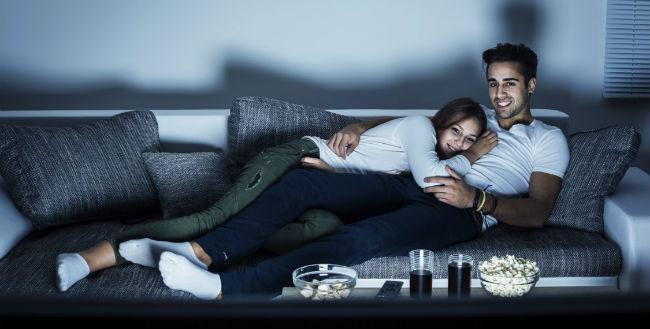Casal assistindo TV