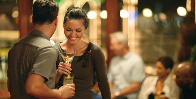 Casal conversando no bar