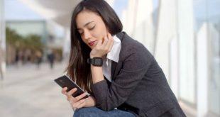 Mulher triste com celular